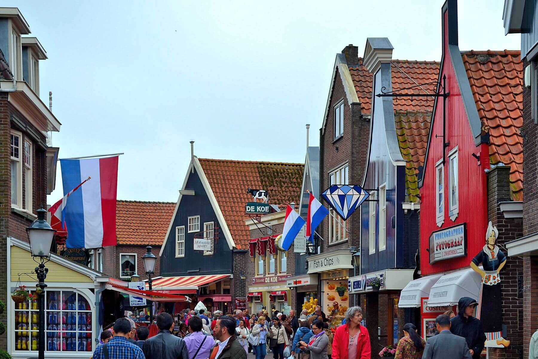 Promenade in Volendam. Taken by Juan Enrique Gilardi via Flickr.