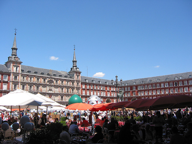 Outdoor seating at Plaza Mayor. Taken by Pablo Sanchez via Flickr.